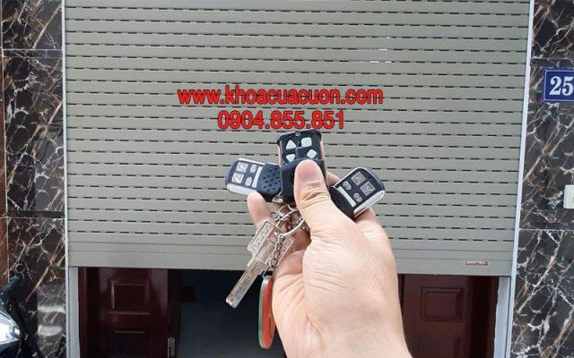 Đánh khóa cửa cuốn YH-1B2 Thái Hà